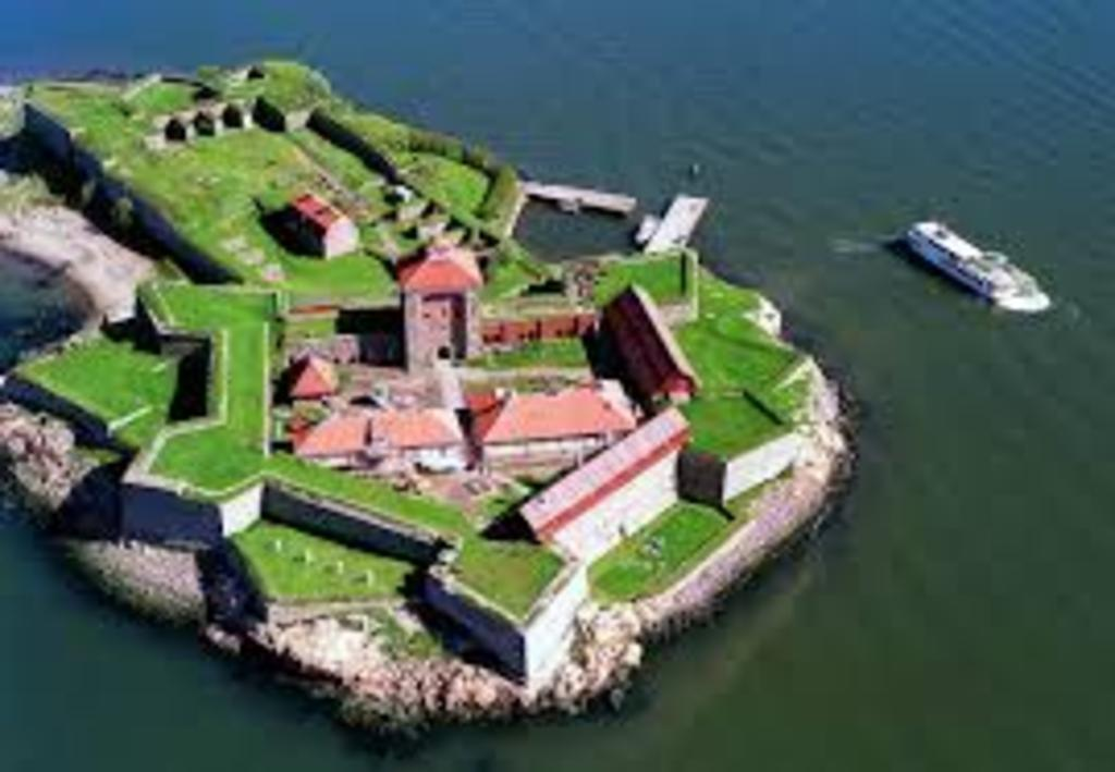 Take a ferry to the fortress of Älvsborg in the city harbour