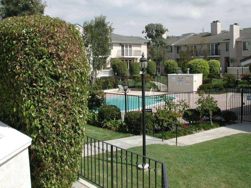A gated compound with common pool and Jacuzzi (interior photos limited to logged-in members only)