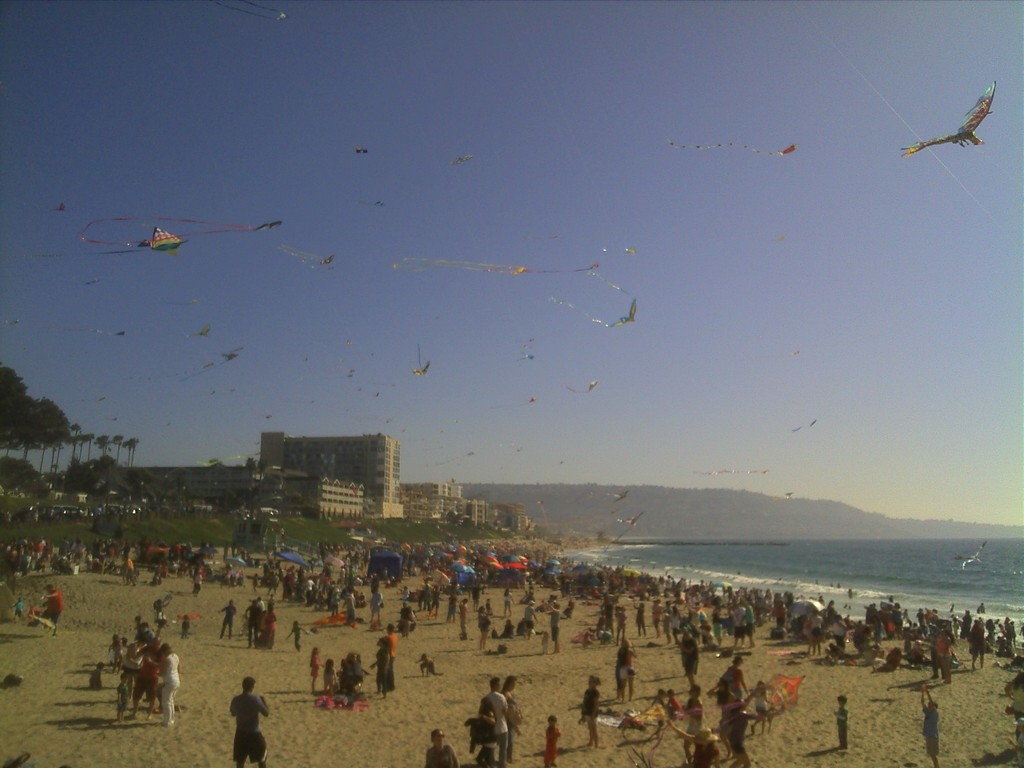 Redondo Beach (35 minutes walk) winter kite festival looking south toward Palos Verdes.