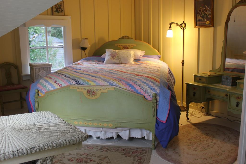 Northwest bedroom queen bed