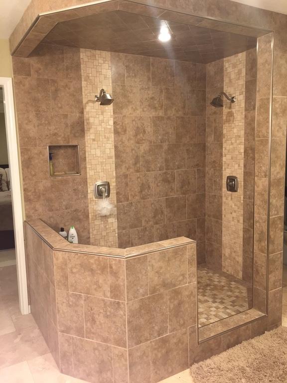 Master en suite 2-person shower