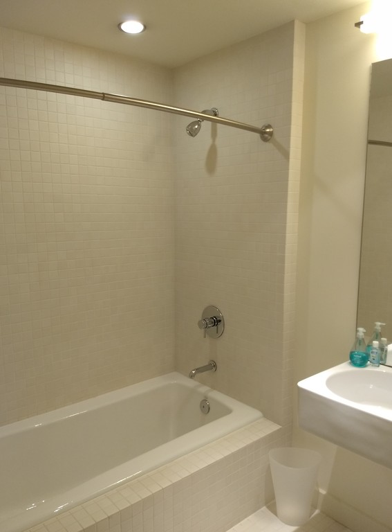 Guest bathroom with shower/tub