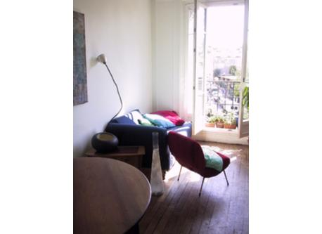 PARIS 2 BEDROOM APT LIVING ROOM WITH A SINGLE SOFA BED