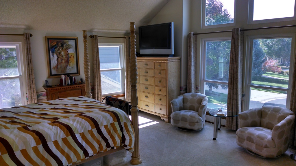 Large Master Bedroom with queen size bed & sitting area