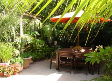 SECLUDED TROPICAL GARDEN PATIO