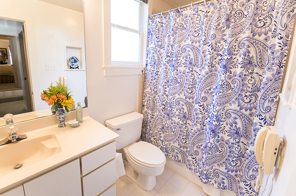 Upstairs Ensuite Full Bathroom - New Orleans