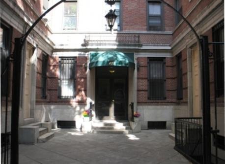 Building Entrance. Entrada del Edificio.