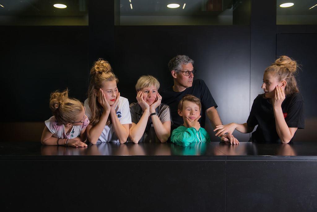 Markus 52,  Susanne 45, Vera 17, Linda 15, Felix 12, Paula 10