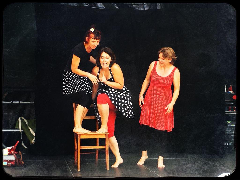 Estelle dans un spectacle de la Compagnie Pomme Poire et Contepote