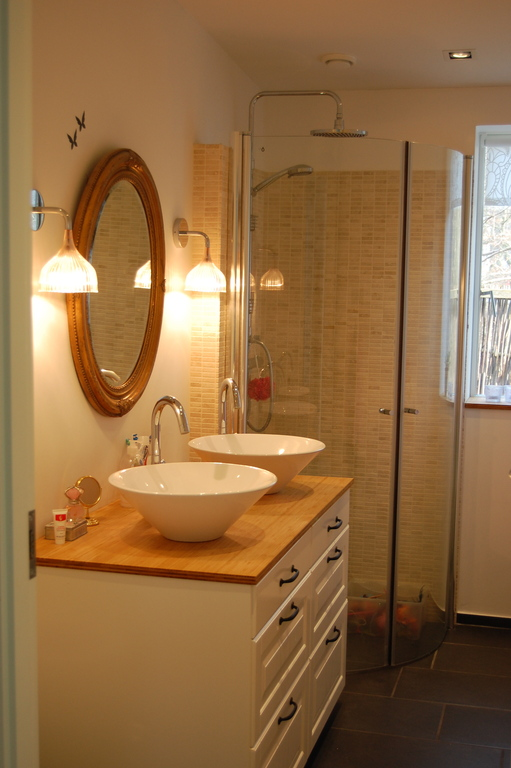 One of the 2 bathrooms