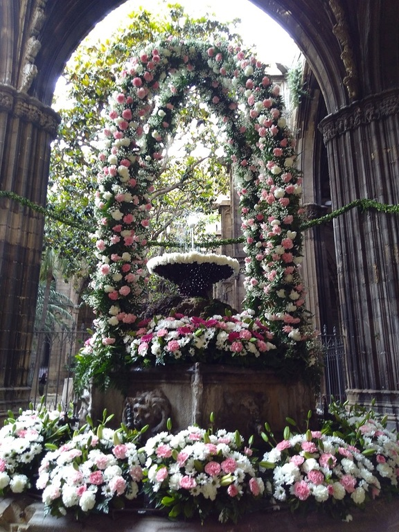 """L'ou com balla"". Corpus Christi tradition at Barcelona Cathedral cloister"