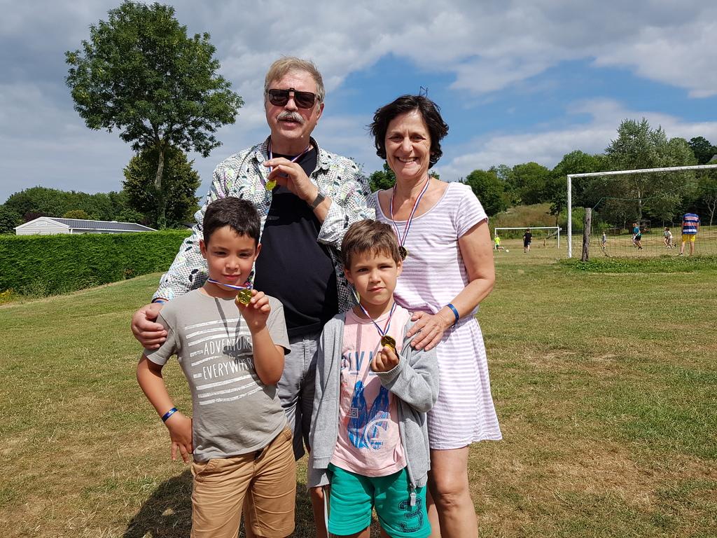 Claude et Annie et deux de leurs petits enfants