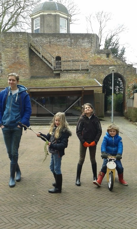 Children before old citywall of Zutphen (2015)