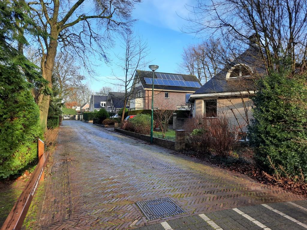 onze straat: een klein doodlopend straatje met 4 huizen. A small dead-end street and only 4 houses.