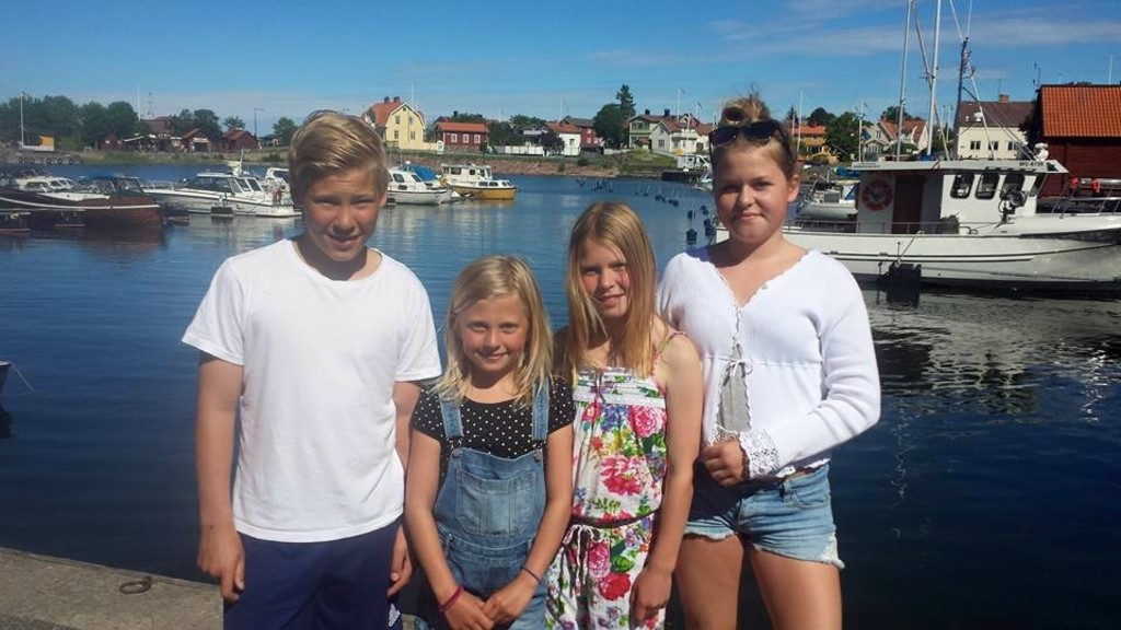 Kids with cousins at Öregrund harbour.
